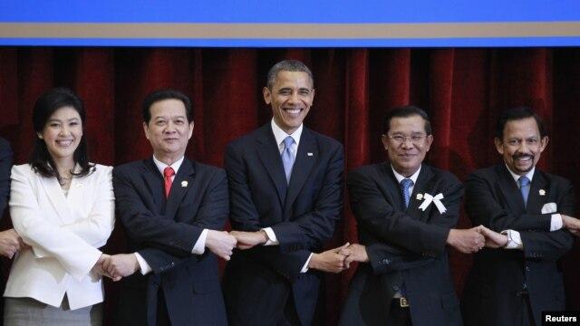 19일 동남아시아연합 정상회의에 참여하여 각 국 정상들과 손을 맞잡은 바락 오바마 미국 대통령(가운데).