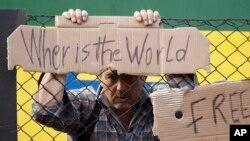 """Muškarac sa znakom """"Gde je svet"""" u Mađarskoj, 4. septembar 2015."""