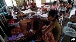 Warga Rakhine Burma yang terluka mendapatkan perawatan di Rumah Sakit Thandwe di Burma, 2/10/2013. Pemerintah Burma mengusir organisasi kemanusiaan Doctors Without Borders yang beroperasi di Rakhine, Burma.