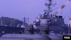 停泊在东京郊外的横须贺基地港的日本海上自卫队潜艇(美国之音歌篮拍摄)