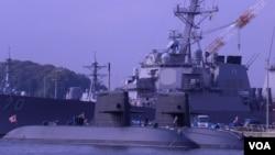 停泊在東京郊外的橫須賀基地港的日本海上自衛隊潛艇(美國之音歌籃拍攝)