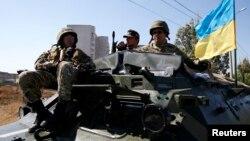 Tentara Ukraina dalam kendaraan lapis baja di Mariupol (5/9). (Reuters/Vasily Fedosenko)