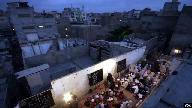 More than 300 poor children hold classes in three shifts on rooftop of building. (UNESCO/Akhtar Soomro)