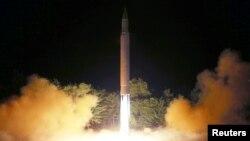 북한이 지난 7월 대륙간탄도미사일급 '화성-14' 2차시험발사 장면을 공개했다.