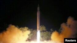 북한의 대륙간탄도미사일(ICBM)인 '화성-14'형 발사장면. (KCNA/Reuters)