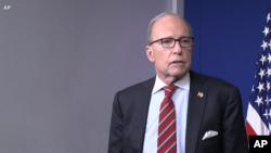 白宫首席经济顾问库德洛在白宫与记者交谈。(2020年2月25日)