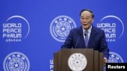 왕치산 중국 국가 부주석 8일 베이징 칭화대에서 열린 세계평화포럼에서 개막 연설을 하고 있다.