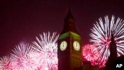 Kembang api menghiasi langit sekitar Gedung Parlemen dan Menara Big Ben di London dalam perayaan Tahun Baru 2014 (1/1).