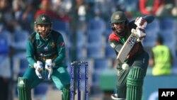 بنگلہ دیش کے کھلاڑی متھن شاٹ کھیلتے ہوئے
