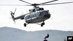 Seorang penyelam dan helikopter militer Kroasia melakukan operasi pencarian dan penyelamatan korban dekat Sibenik, Kroasia, Senin, 27 Januari 2020.