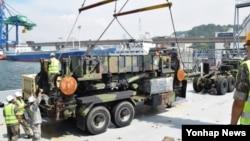 일본 오키나와 가데나 공군기지에 주둔하고 있는 주일미군의 제1방공포병연대 소속 패트리엇 미사일 1개 포대가 13일 한국 부산항에 도착했다.