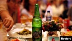 북한의 한 식당에 마련된 연회장 테이블에 '대동강 맥주'가 놓여있다. (자료사진)