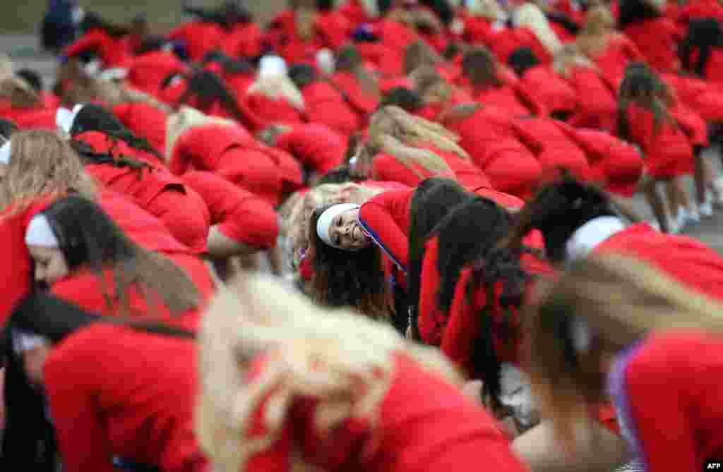 영국 런던에서 열린 새해 맞이 행사에서 미국에서 온 치어리더들이 공연을 준비하고 있다.