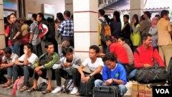 Para pemudik sedang menunggu di sebuah stasiun kereta di Jakarta sebelum Lebaran. Pemda DKI berharap para warga yang kembali ke daerah ini, tidak akan membawa sanak saudara dari daerah ke ibukota.