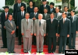 FILE - Cambodian political leaders (front row from left to right), opposition leader Prince Norodom Ranariddh, ruling Cambodian People's Party president Chea Sim, King Norodom Sihanouk, government leader Hun Sen and opposition politician Sam Rainsy pose for pictures after meeting in Siem Reap, northern Cambodia September 22, 1998.