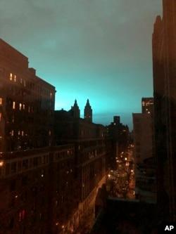 Plavo svetlo iznad Njujorka 27. decembra 2018.