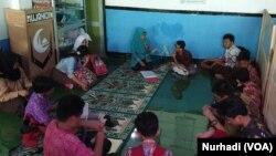 Siswa kelas 6 SDN Bangunrejo 2 mengikuti pelajaran tambahan di mushola, Jumat (7-2) sehari sebelumnya kegiatan ini berlokasi di poskamling kampung. (Foto: VOA/ Nurhadi)