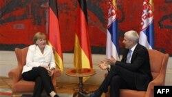 Merkel, Serbia të bëjë përparim në bisedimet me Kosovën