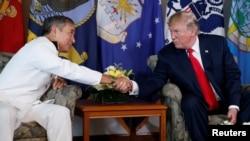 川普2017年11月出訪亞洲前先到夏威夷見哈里斯。 (路透社)