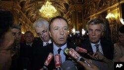 ژان پێی بێل سهرۆکی پارتی سۆشیالیستی فهڕهنسا بۆ دهزگاکانی میدیا له پاریس دهدوێت، یهکشهممه 25 ی نۆی 2011