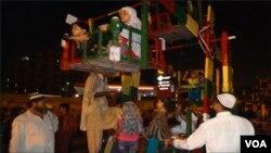 کراچی: بچے جھولے میں بیٹھے ہیں