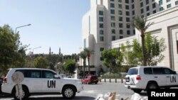 Kendaraan PBB terlihat parkir di depan hotel Four Seasons, dimana tim ahli dari OPCW menginap selama bertugas di Damaskus (22/10).