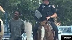 Donald Neely, tiré avec une corde par deux policiers à cheval au Texas, samedi 3 août 2019. (VOA/Capture d'écran Twitter)
