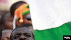 Para pendukung Presiden Laurent Gbagbo menyanyikan lagu kebangsaan pada sebuah aksi mendukung Gbagbo agar tetap berkuasa, 29 Desember 2010.