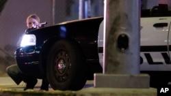 Một nữ cảnh sát Mỹ tại hiện trường vụ xả súng ở Las Vegas hôm 2/10.