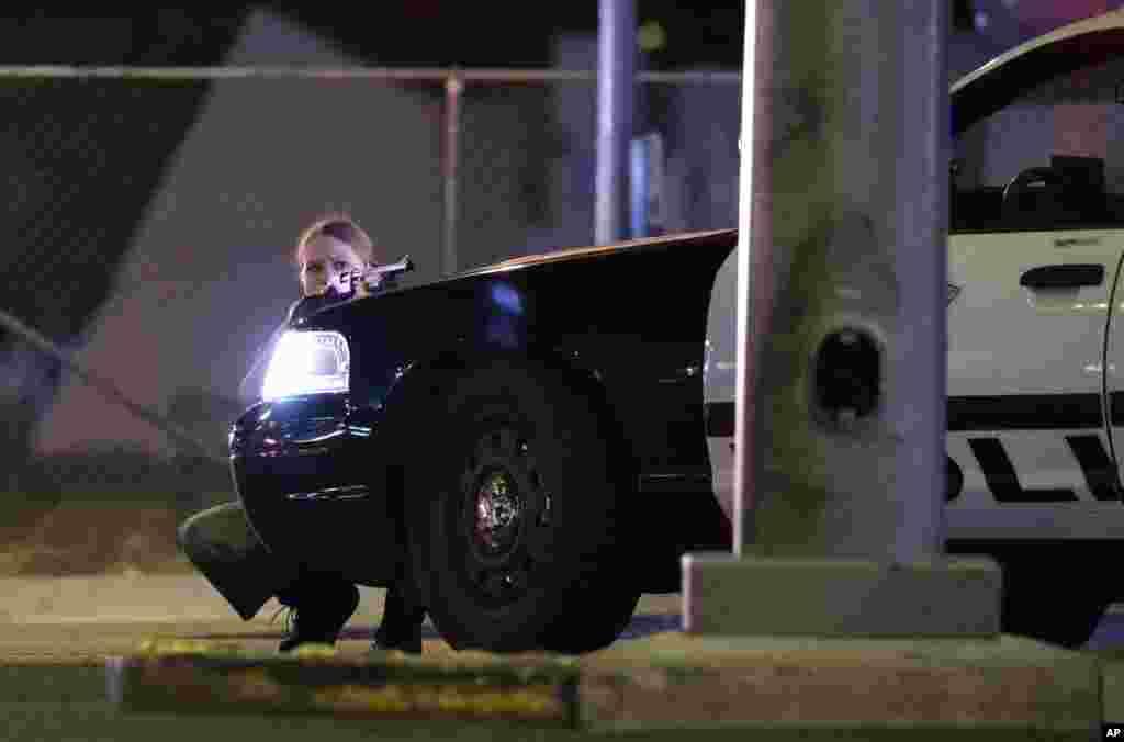 La police se met en place après la fusillade lors d'un festival de musique, à Las Vegas, le 1er octobre 2017.