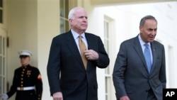 Джон Маккейн (слева) и Чак Шумер