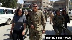 Jenderal Joseph Vottel, komandan U.S. Central Command dalam kunjungan di Manbij, Suriah bulan Juni lalu (foto: dok).
