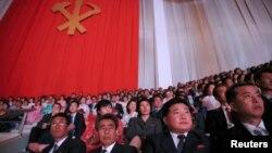 북한 주민들이 11일 평양에서 열린 당 대회 축하 합동 공연 '영원히 우리 당 따라'를 관람하고 있다.