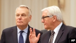 Le chef de la diplomatie allemande Frank-Walter Steinmeier, à droite, avec son homologue français Jean-Marc Ayrault à Kiev, le 22 février 2016.