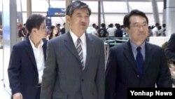 한국의 6자회담 수석대표인 조태용 외교부 한반도평화교섭본부장이 13일 인천공항에서 북핵 문제 협의를 위해 러시아로 출국하고 있다.