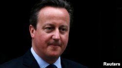 Thủ tướng Anh David Cameron rời tòa nhà số 10 Downing Street ở London, Anh, ngày 11 tháng 4 năm 2016.