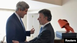 John Kerry estrecha la mano del presidente Juan Manuel Santos en el palacio de gobierno en Bogotá.