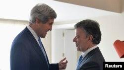 Menlu AS John Kerry (kiri) disambut oleh Presiden Kolombia Juan Manuel Santos setibanya di Istana Presiden Kolombia di Bogota (12/8).