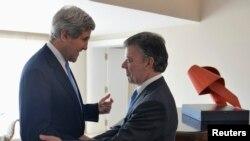 12일 콜롬비아 수도 보고타를 방문한 존 케리 미 국무장관(왼쪽)을 반기는 후안 마뉴엘 산토스 콜롬비아 대통령(오른쪽).