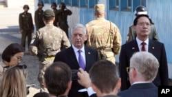 美国国防部长马蒂斯在板门店接受记者采访(2017年10月27日)