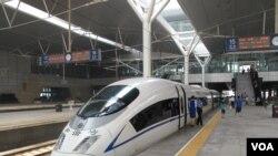 """北京站内的高铁动车资料照。""""和谐号""""会一路驶入台湾吗?"""