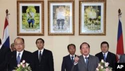 泰國外長素拉蓬(左)和柬埔寨外交大臣賀南洪(右)星期四在金邊舉行聯合記者會