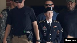 Bradley Manning (giữa) rời tòa án ở Ft. Meade, Maryland, 30/7/13