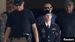 美國陸軍二等兵曼寧(中)星期二離開法院