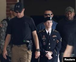 2013年7月30日士兵曼宁离开法庭。