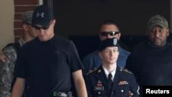 曼宁7月30日离开法庭