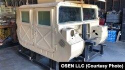 در جلسه دادگاه نمونه ای از یک خودروی نظامی هاموی (HMMWV) نمایش داده شد که هدف حمله گروه های مورد حمایت ایران در عراق قرار گرفته بود | عکس از: OSEN LLC