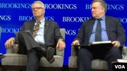 美国约翰·霍普金斯大学高级国际关系学院教授蓝普顿 (左),与乔治城大学高级研究员、前白宫国安会东亚事务高级主任韦德宁在研讨会上,(美国之音莉雅拍摄)