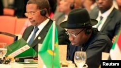 گودلاک جاناتان، رئیس جمهوری نیجریه (راست) و جاکایا مریشو کیکوته، رئیس جمهوری تانزانیا در مراسم پنجاهمین سالگرد اتحادیه آفریقا