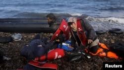 Des réfugiés syriens fatigués, se couchent sur la palge grecque sur lïle de Lesbos, 25 octobre 2015. REUTERS/Yannis Behrakis